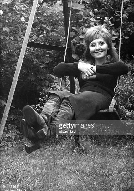 *Sängerin Grossbritannieneigentlich Marie McDonald McLaughlin LawrieAufnahme auf einer Schaukel