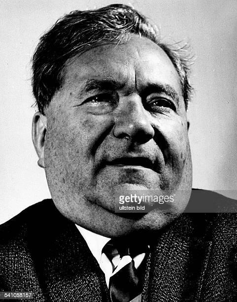 Politiker ; DMitglied des Parlamentarischen Rates, SPD-Delegierter von Würrtemberg-Hohenzollern, MdB 1949-1972,Bundestagsvizepräsident 1949-1966 und...