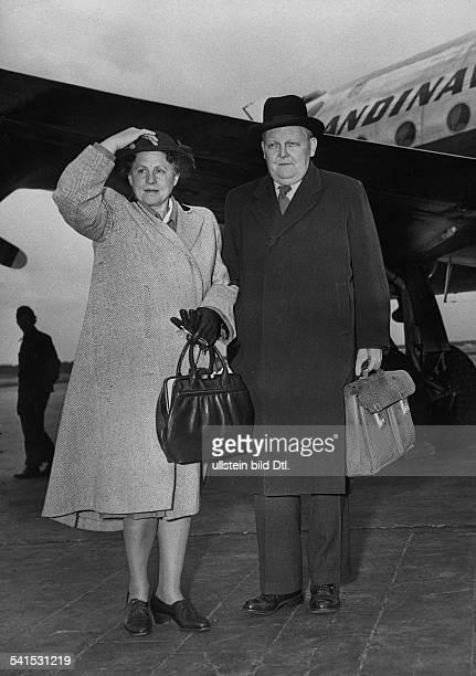 *04021897Politiker CDU DBundeswirtschaftsminister mit seiner Ehefrau Luise auf dem RheinMainFlughafen in Frankfurt 1950