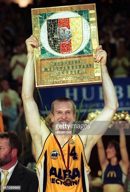 Sportler Basketball D ALBA Berlin ist Deutscher Meister durch ein 30 im Playoff Finale über Bayer 04 Leverkusen Kapitän Rödl bei der Siegerehrung mit...