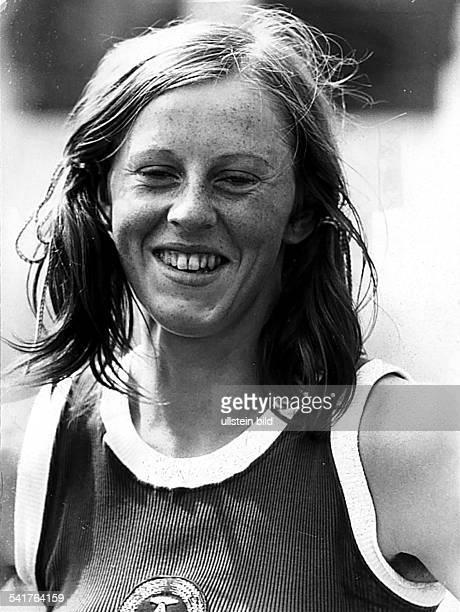* Sportlerin Leichtathletik Hochsprung DDRPorträt mit Zöpfen lächelnd oJ
