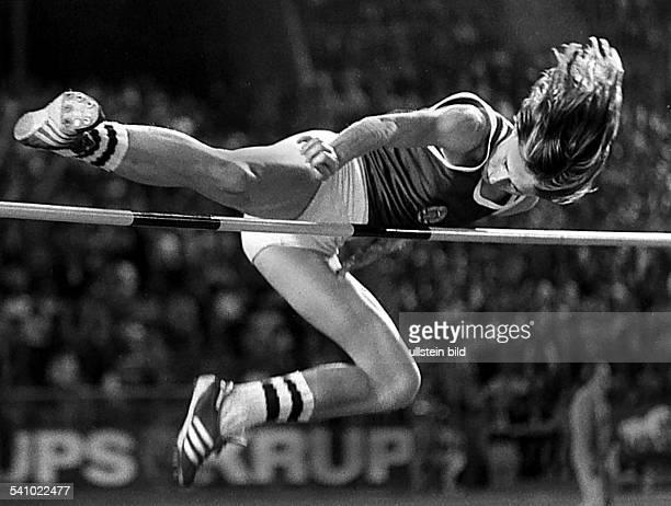 * Sportlerin Leichtathletik Hochsprung DDRLeichtathletikWeltcup in Düsseldorf überspringt die Sieghöhe von 198 m 1977