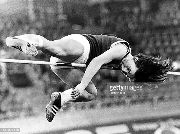 * Sportlerin Leichtathletik DDRLeichtathletikHallenEM in MünchenHochsprung Frauen überspringt die Sieghöhe von 192 m imStraddle Stil und...