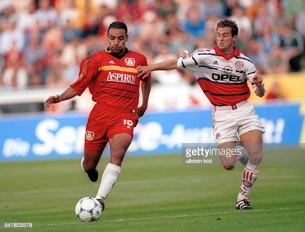 1976Sportler, Fussball Brasilien1. Bundesliga, 2. Spieltag: Bayer 04Leverkusen - Bayern München 2:0 - im Zweikampf mit Mehmet Scholl