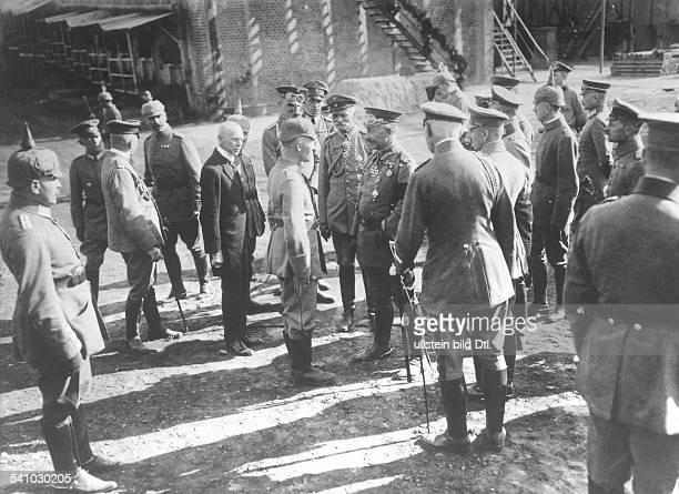 27011859 Deutscher Kaiser 1888 1918König von Preussen auf den Erdölfeldern bei Campina im Gespräch mit einemAngestellten der Raffinerie links...