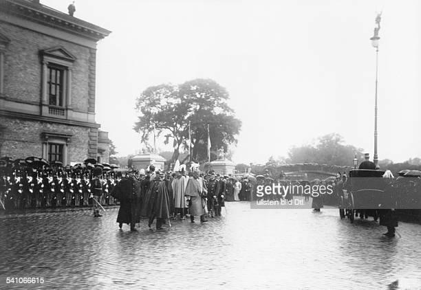 27011859 Deutscher Kaiser 1888 1918König von PreussenNordlandreise 1907Ankunft des Kaiserpaares in Kopenhagenlinks Wilhelm II neben ihm KönigFrederik...