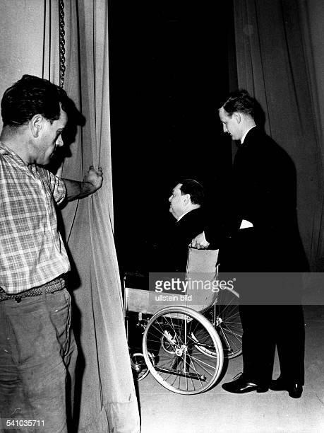 *04091892Musiker Komponist Frankreichim Rollstuhl nach der Aufführung seiner Oper 'Orestie' in der Deutschen Oper Berlin April 1963