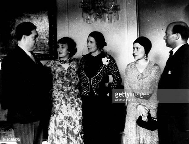 *04091892Musiker Komponist Frankreichmit Lotte Schöne Frau Dubost seiner Ehefrau Madelaine und Generalmusikdirektor Erich Kleiber auf einem Empfang...