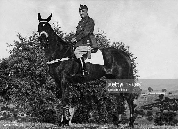 *04121892General Offizier Politiker SpanienStaatsführer 19391975sitzt auf einem Pferd