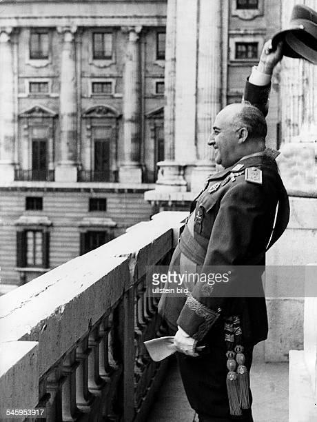 *04121892General Offizier Politiker SpanienStaatsführer 19391975auf dem Balkon des Palastes de Oriente in Madrid 1946