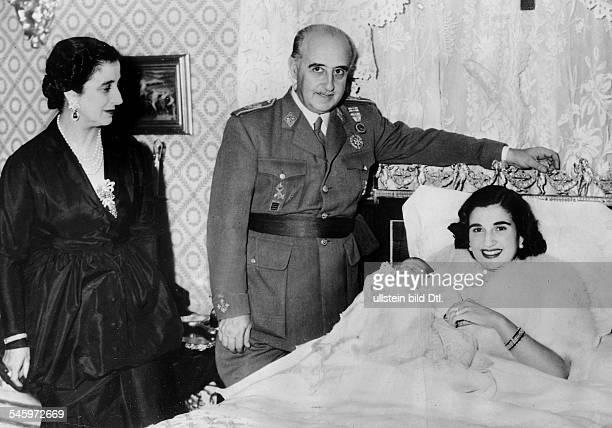 *04121892General Offizier Politiker SpanienStaatsführer 19391975mit seiner Frau und seiner Tochter Carmen sowie der Enkeltochter