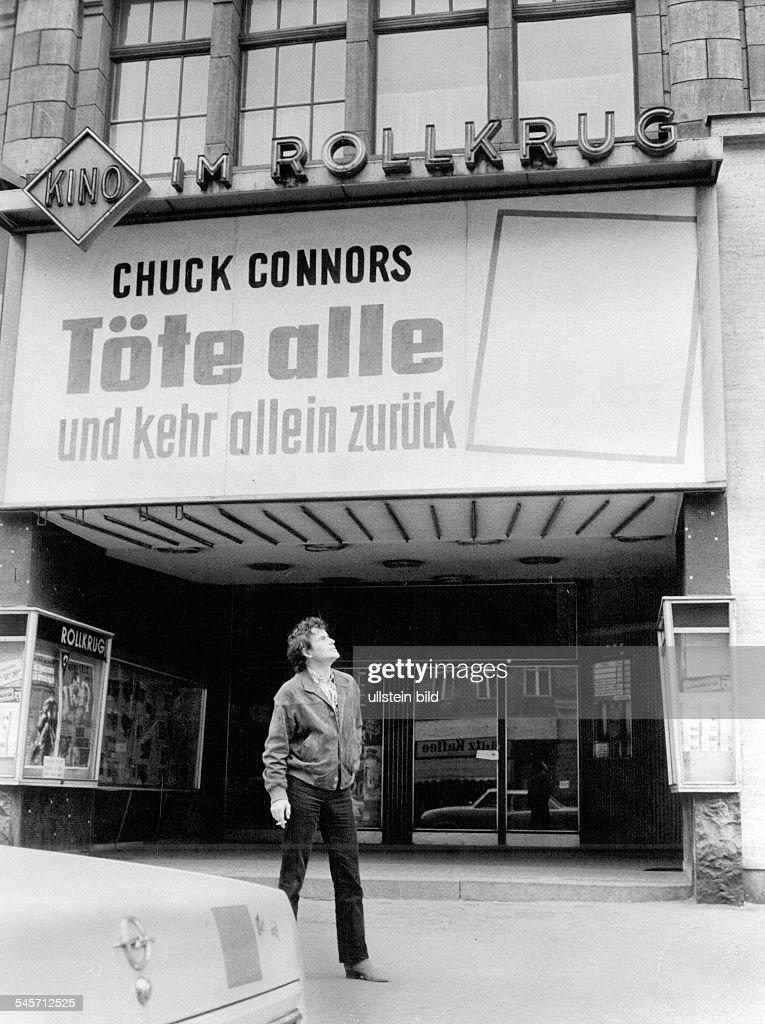 Horst Buchholz vor dem Kino Im Rollkrug in Berlin : Nachrichtenfoto