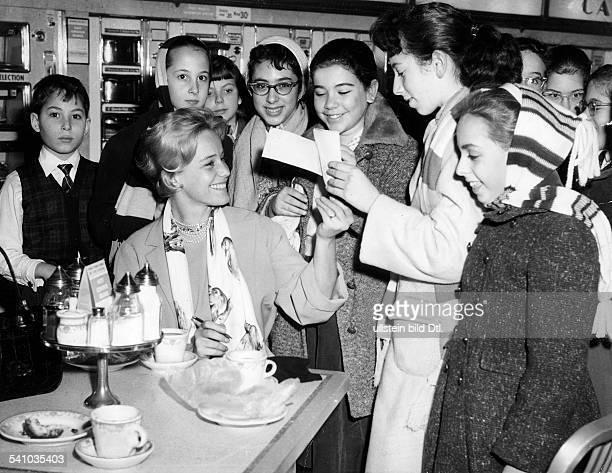 *2005Schauspielerin CHgibt jugendlichen Fans in einem New YorkerSchnellimbiss Autogramme 1958