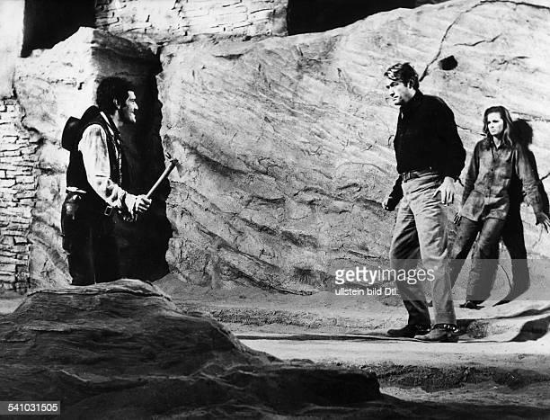 Schauspieler USAmit Omar Sharif und Camilla Sparrin dem Film `Mackenna's GoldRegie JLee Thompson USA 1967