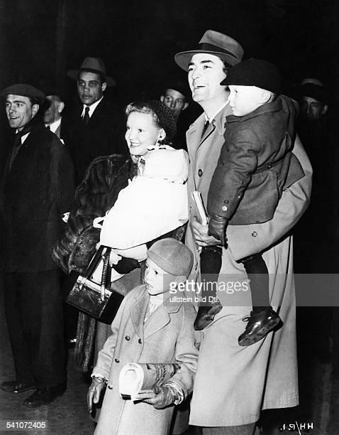 Schauspieler, USAmit seiner Frau und den Söhnen Jonathan,Steven und Gary- 1955