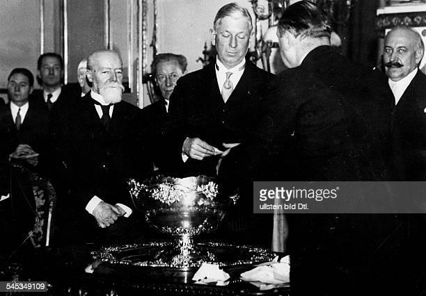 *05071879Politiker Offizier USAStifter des Davis Pokals Davis bei der Auslosung derSpiele um den DavisPokal Neben ihm der französischeStaatspräsident...