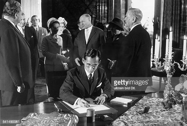 Als Rama IX. König von Thailand seit 1946trägt sich in das Goldene Buch der Stadt Hamburg ein