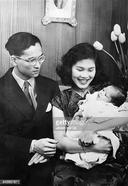 Seit1946 als Rama IX. König von Thailandmit Königin Sirikit und Tochter Nabol in Lausanne, Schweiz