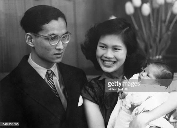 Seit1946 als Rama IX. König von Thailandmit Königin Sirikit und Tochter Nabol in Lausanne, Schweiz- veröff. 1951