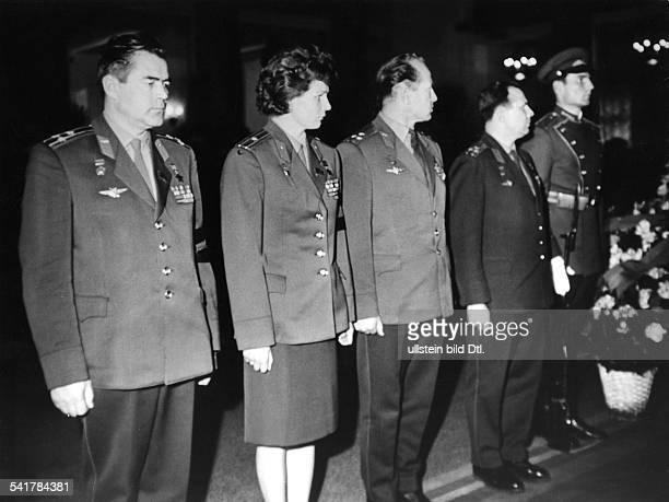 *Kosmonautin Sowjetunion in einer Reihe mit anderen Kosmonauten bei der Beisetzung von Marschall Rodion Malinowski in Moskau vl Adrian Nikolajew...