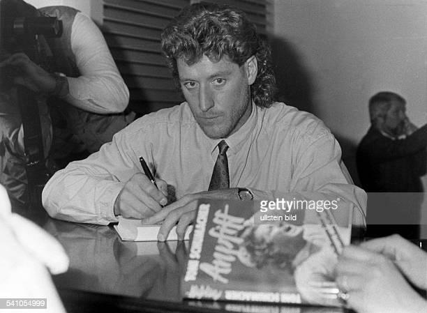 Fussballer BRDder ehemalige Torwart des 1 FC Kölnsigniert sein umstrittenes Buch 'Anpfiff' 1987