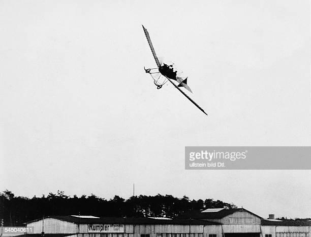 *06041890Luftfahrtpionier Gründer der Fokker Flugzeugwerke Niederlandeüberfliegt mit seinem Eindecker im Kurvenflug die Flugzeughallen in...