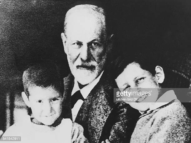 *06051856Wissenschaftler Psychoanalytiker Österreich mit seinen Enkeln Ernst und Heinerle den Kindern seiner Tochter Sophie mit Max Halberstadt 1920