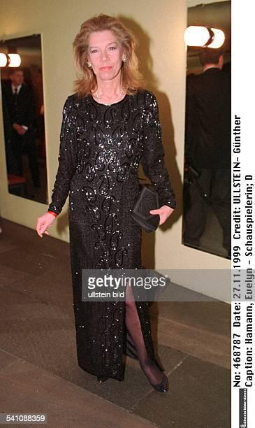Schauspielerin DGanzkörperaufnahme im Abendkleid