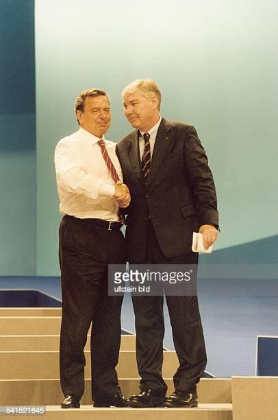 Politiker SPD DBundeskanzler 1998der Kanzler und der DGBVorsitzende Michael Sommer schütteln sich auf dem SPDParteitag in Berlin die Hände