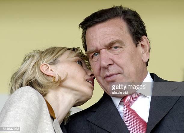 Politiker SPD DBundeskanzler 1998mit Ehefrau Doris SchröderKöpf