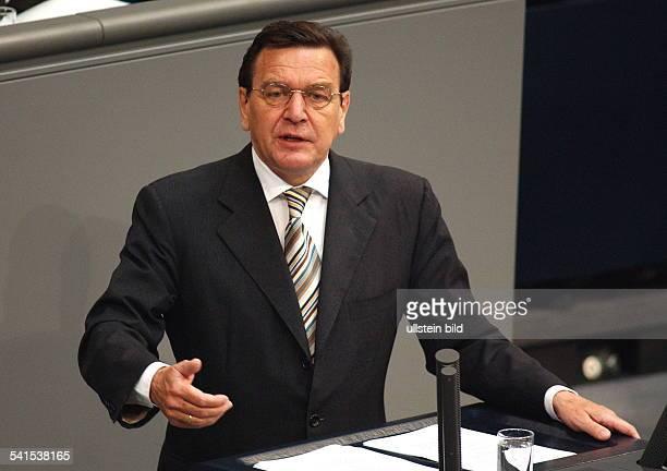 Politiker, SPD, DBundeskanzler 1998-während seiner Rede zum Nahost-Konflikt im Deutschen Bundestag in Berlin