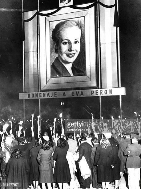 *Politikerin Argentinienin Buenos Aires trauert die argentinische Bevölkerung mit Kerzen und Fackeln vor einem grossen Porträt von Evita Peron um die...