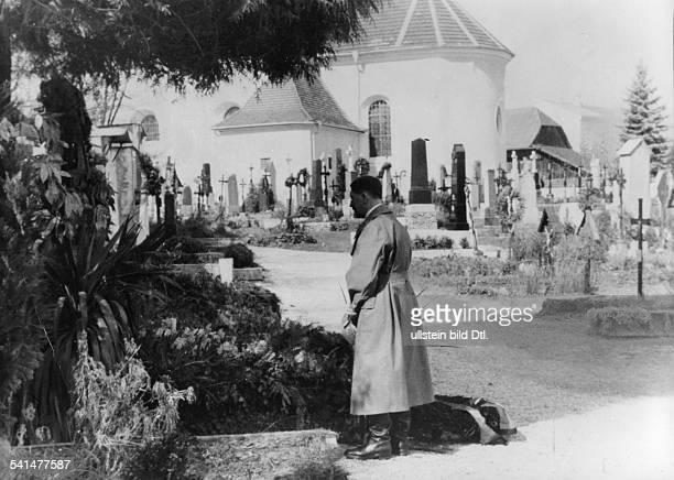 *07061837Zollbeamter Österreich Adolf Hitler am Grab seiner Eltern Alois und Klara Hitler auf dem Friedhof von Leonding bei Linz 1938