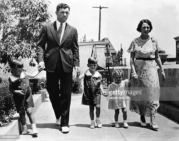 *Boxer USA Boxweltmeister Braddock beim Sonntagsspaziergang in Guttenberg mit den Kindern Howard Jay und Rose Marie sowie Ehefrau drei Tage nach dem...