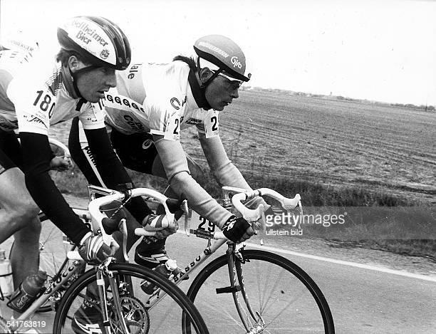 1970Sportler, Radrennen D- auf dem Rennrad neben Patrick Mosler bei eine Strassenrennen- o.J.