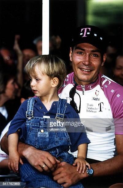 1970Sportler, Radrennen D mit seinem Sohn Rik auf dem Schoss- 1997