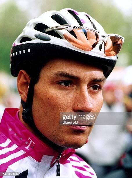 Sportler, Radrennen DPortrait mit Helm im Trikot des Team DeutscheTelekom- 2000