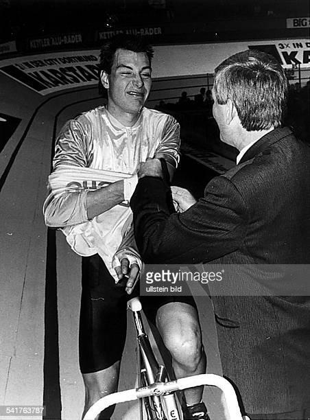 1970Sportler, Radrennen DSechs-Tage-Rennen in Dortmund:- Zabel verzieht sein Gesicht während erauf der Bahn ein Trikot überzogen bekommt- o.J.