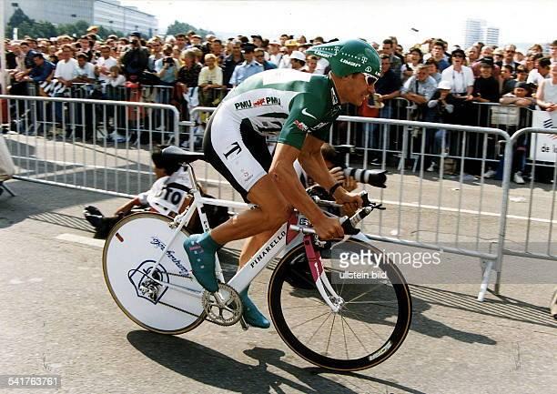 """1970Sportler, Radrennen DTour de France 1997, Prolog in Rouen:- Start im """"Grünen Trikot"""" alsschnellster Sprinter der Tour 1996 aufeinem Pinarello -..."""