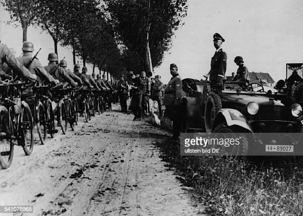Politiker, NSDAP, D- bei einem Vorbeimarsch von Angehörigender Waffen-SS- veröffentlicht