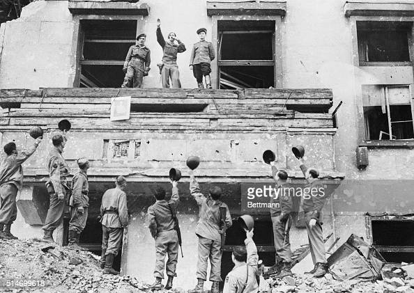 Soldiers on hitler 39 s balcony pictures getty images for Famous balcony