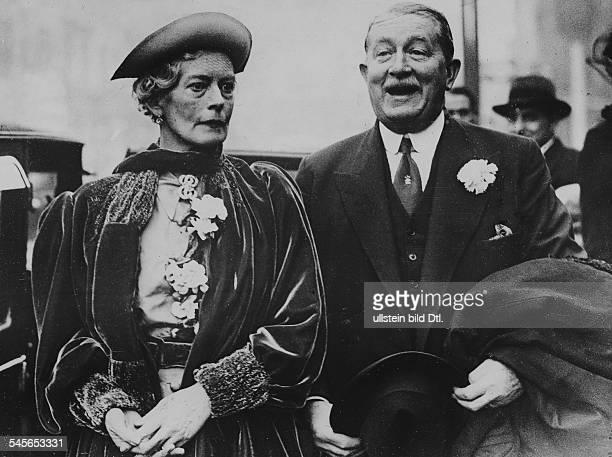 *08031879Schriftstellerin Dgeb Gräfin von ArcoZinneberg nach der Trauung mit Major Ralph Peto auf dem Standesamt Paddington in London