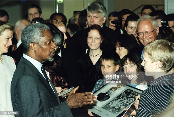 Politiker Diplomat GhanaUN Generalsekretär während seines Berlin Besuchs mit Schülern des BerthavonSuttnerGymnasiums April 1999