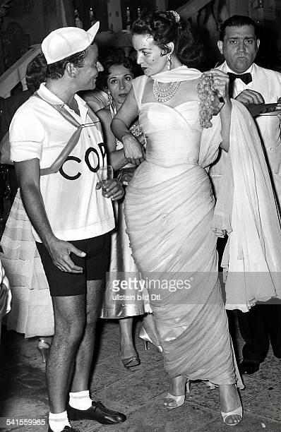 *Schauspielerin Sängerin Tänzerin Mexikoauf einem Kostümfest treten Maria Felix als Dame in Weiss und der Schriftsteller Pepi Lenzi als der...