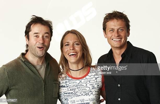 Schauspieler Sänger Dmit Schauspielkollegen vl Anneke Kim Sarnau Roman Knizka spielen gemeinsam in Ich liebe das Leben auf SAT1 2003