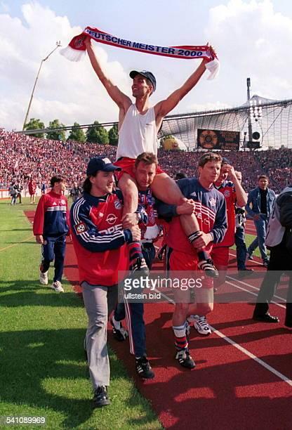 Sportler Fussball DBayern München Deutscher Meister 2000 Babbel wird von Jens Jeremies Bernd Dreher Michael Tarnat auf den Schultern getragen