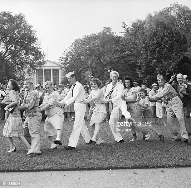 Washington DC CONGA WHILE THEY WAIT Their spirits high Washingtonians form a conga line and dance as they wait for a White House announcement of the...