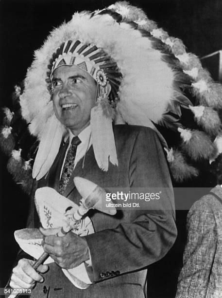 Politiker, Republikaner, USA37. US-Präsident mit Federschmuck und Tomahawk beimBesuch eines Indianerreservates