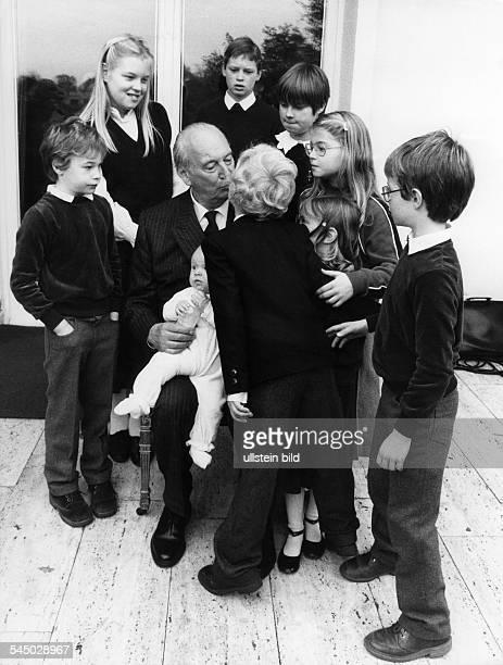 *Prinz von Preussen seit 1951 Chef des Hauses Hohenzollern im Kreise seiner Enkel zu seinem 75Geburtstag 1982