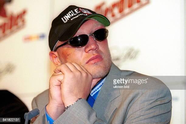 Sportler Boxen D Portrait mit Mütze Sonnenbrille undBlessuren im geschwollenen Gesicht nachseiner Niederlage im EMKampf